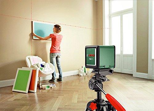 Bilderrahmen in Wohnraum perfekt in Position bringen durch Bosch DIY Kreuzlinien-Laser Quigo Plus